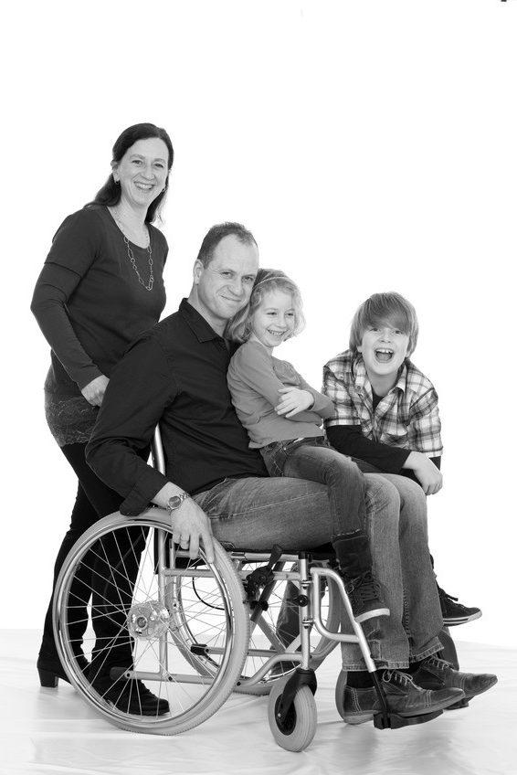 Familie met vader in rolstoel. Inclusie Nieuwe Stijl is voor Iedereen